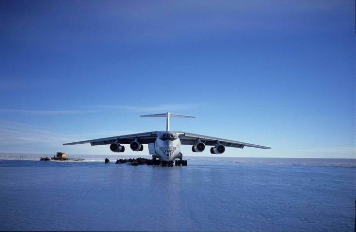 Sân bay Ilyusion on blue ice runway  TOPMOST.VN